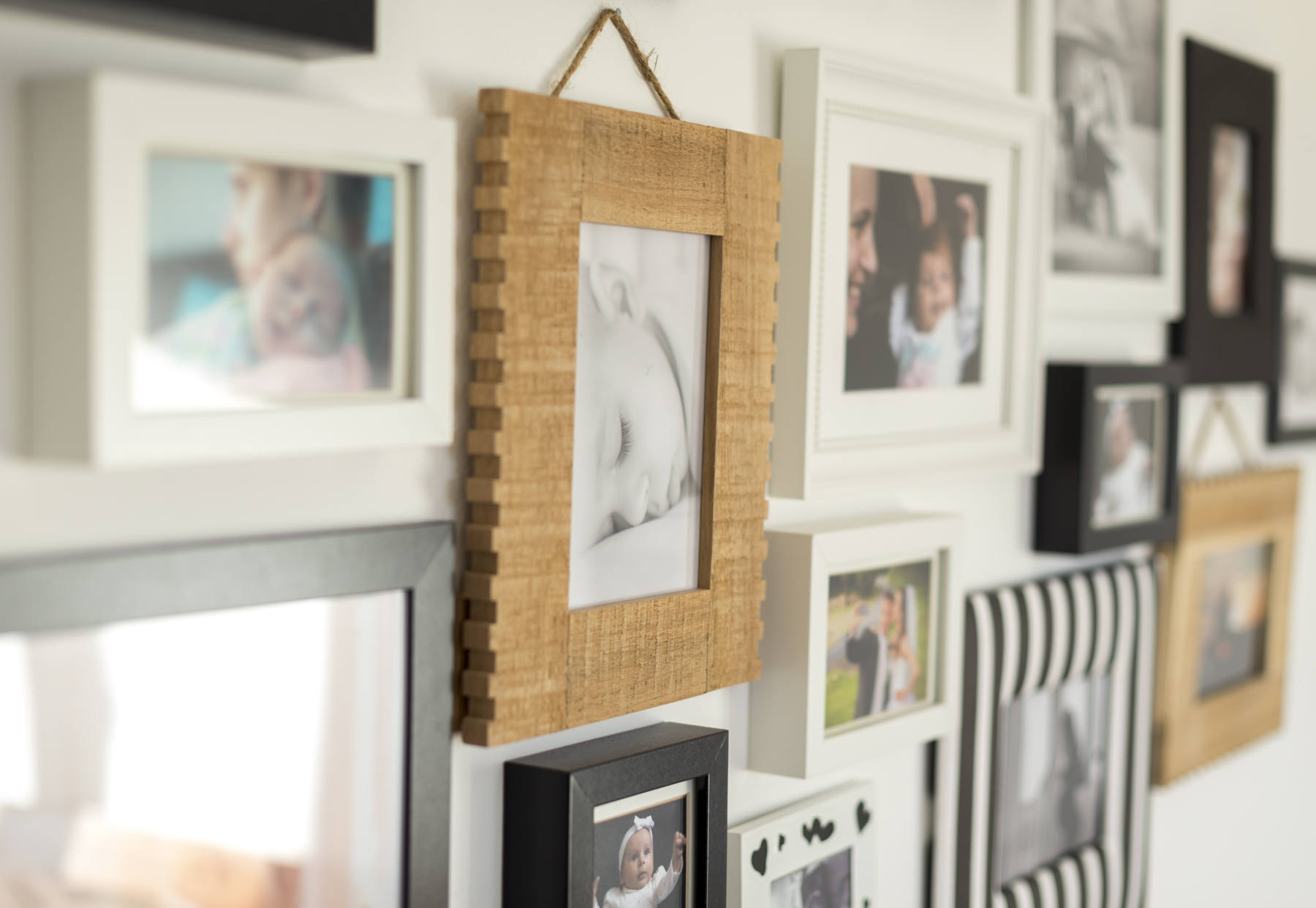 photo frames on wall, frame grouping