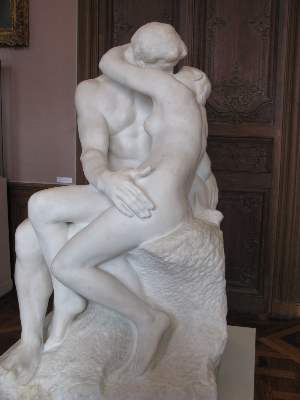 The Kiss statue